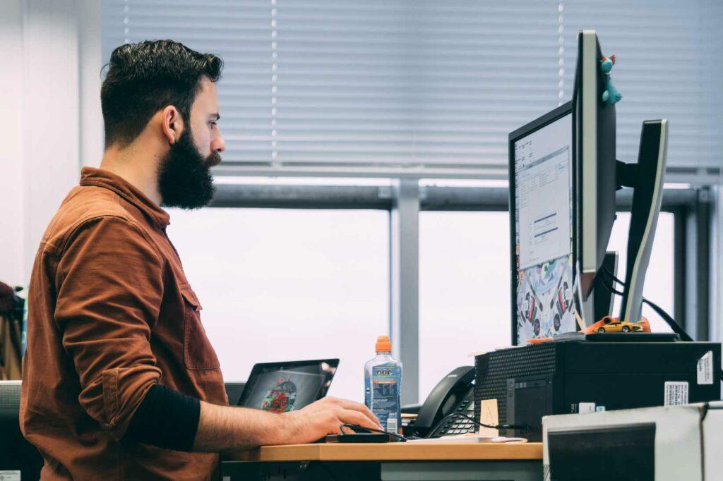MetaKube Operator - Mann am Schreibtisch